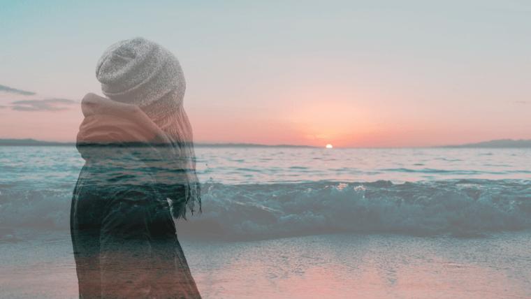 海と女性を合成したアイキャッチ